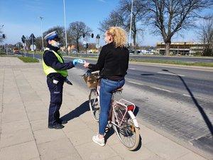 policjanci rozdają maseczki ochronne