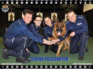 dwie policjantki i dwóch policjantów oraz pies na strzelnicy