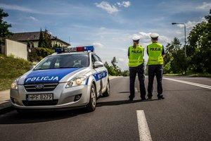 policjanci na drodze obok radiowozu