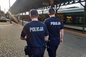 umundurowani policjanci patrolują teren dworca kolejowego