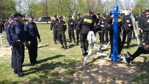 policjanci sprawdzaja sprzęt na nowej siłowni plenenerowej
