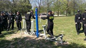 policjanci podczas kursu podstawowego ćwiczą na sprzętach siłowni plenerowej