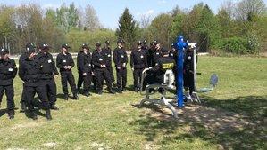 policjanci w ośrodku szkolenia sprawdzaja sprzęt na nowej siłowni plenerowej