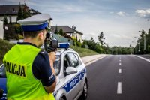 policjant prowadzi statyczną kontrolę prędkości