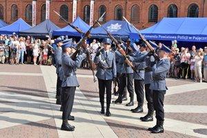 policjanci podczas pokazu musztry paradnej