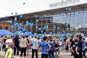 dzieci i balony niebieskie wypuszczane w niebo