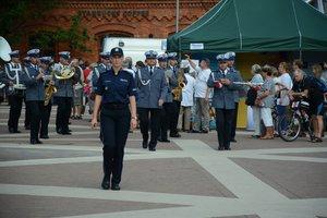 poczatek parady na czele, której maszeruje orkiestra policyjna