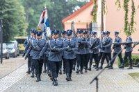 policjanci w mundurach w trakcie marszu