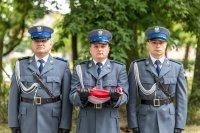 policjanci z flagą państwową